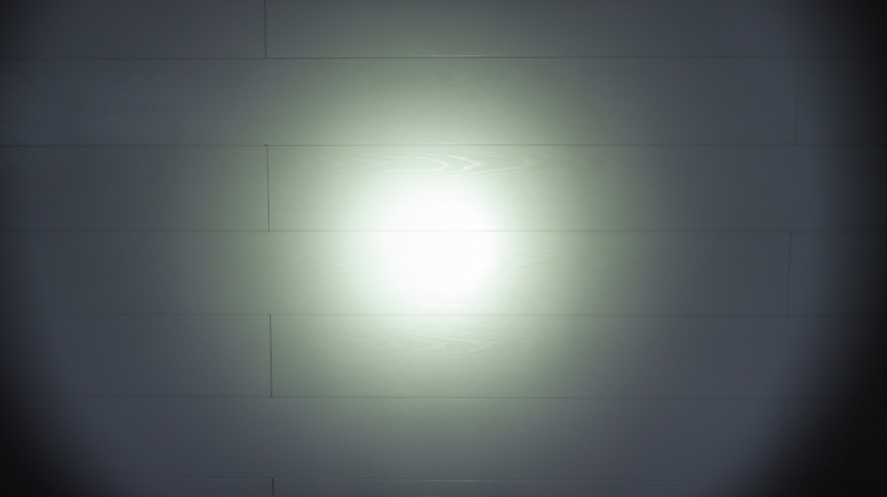 TrustFire T11R extrem heller Lichtkegel - Entfernung zur Wand ca. 2 Meter.